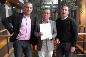 吴总与 focal 销售总经理Arnaud Hendoux和汽车产品经理 Pierre Perard正式签约合影