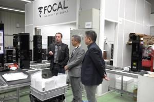 focal亚洲区行销经理Mickey Tang和focal 汽车产品经理 Pierre Perard向吴总介绍focal产品生产过程